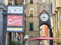 Arco Di Sant Eligio in de buurt van quartieremercato Napels, Campania, Italië Stock Fotografie