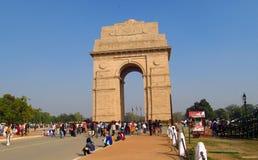 Arco di Triumph nel centro urbano di Delhi con molta gente intorno Fotografia Stock Libera da Diritti