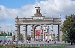 Arco di un'entrata principale all'ENEA del centro di mostra della Tutto Russia con una scultura dell'operatore del trattore e del Fotografie Stock Libere da Diritti