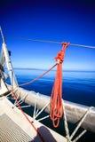 Arco di una barca a vela in mare blu calmo Fotografia Stock Libera da Diritti