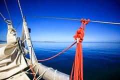 Arco di una barca a vela in mare blu calmo Immagine Stock