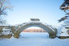Arco di vecchio ponte a dorso d'asino nella parte storica di Gatcina, giorno di gennaio di inverno Immagine Stock