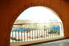Arco di Windows con la vista del mare Immagine Stock