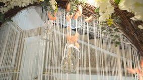 Arco do casamento com close-up colorido das flores filme