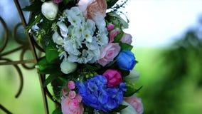 Arco do casamento com close-up colorido das flores vídeos de arquivo