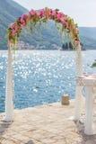 Arco do casamento com flores Fotos de Stock Royalty Free