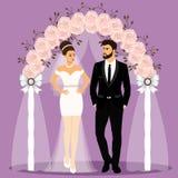 Arco do casamento com noivos Noiva e noivo imagem de stock royalty free