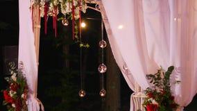 Arco do casamento com um trajeto branco com velas video estoque