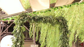 Arco do casamento de ramos verdes fora no café filme