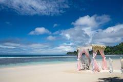 Arco do casamento decorado com flores em uma praia tropical da areia Instalação exterior do casamento de praia Arco do casamento  foto de stock