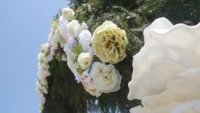 Arco do casamento decorado com flores Fim acima video estoque