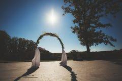 Arco do casamento decorado com flores Retrato do vintage Imagem de Stock Royalty Free