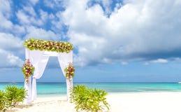 Arco do casamento e estabelecido na praia, casamento exterior tropical Imagens de Stock