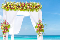 Arco do casamento e estabelecido na praia, casamento exterior tropical Fotos de Stock Royalty Free
