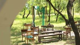 Arco do casamento no estilo rústico com cadeiras velhas filme