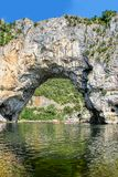 Arco do ` de Vallon Pont d, ponte natural da rocha sobre o rio no Ard imagem de stock