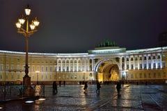 Arco do estado maior geral com iluminação e da lâmpada de rua na noite fotografia de stock