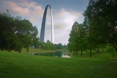 Arco do Gateway do parque com lagoa fotos de stock royalty free