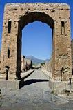 Arco do imperador Nerone com o Vesúvio no fundo Fotografia de Stock Royalty Free