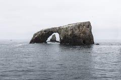 Arco do mar de Califórnia da ilha de Anacapa fotografia de stock