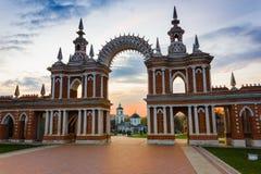 Arco do por do sol em Tsaritsyno, Moscou Fotografia de Stock Royalty Free
