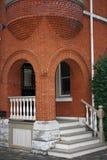 Arco do tijolo vermelho na construção histórica Fotos de Stock