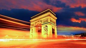 Arco do Triunfo na noite em Paris, France Imagens de Stock
