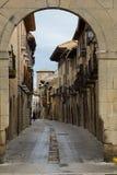 Arco do wirh da rua na cidade velha Foto de Stock Royalty Free