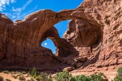 Arco dobro nos arcos parque nacional, Utá, EUA Imagem de Stock