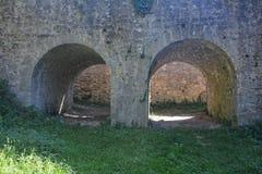 Arco dois de pedra antigo de um castelo fotos de stock