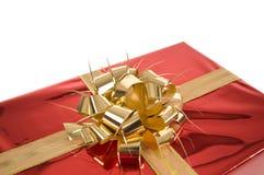 Arco dorato sul regalo rosso di natale Fotografia Stock