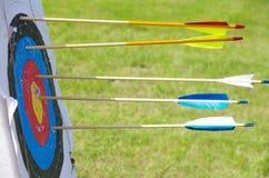 Arco e freccia di pratica di tiro con l'arco Immagini Stock Libere da Diritti
