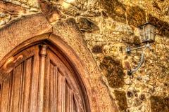 Arco e lâmpada velhos da entrada em uma igreja fotos de stock royalty free