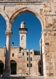Arco e minarete no Jerusalém velho foto de stock