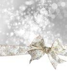 Arco e nastro bianchi del fiocco di neve Fotografie Stock
