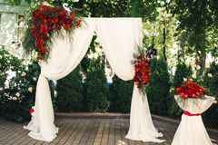 Arco e tabela do casamento decorados com flores Imagem de Stock