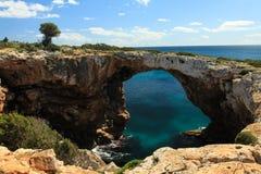 Arco em briques de Cala, Mallorca da rocha imagens de stock royalty free