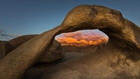 Arco em montes de Alabama, pinho solitário de Mobius, Califórnia Foto de Stock