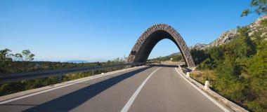 Arco en el camino Fotos de archivo libres de regalías