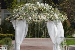 Arco en el jardín para la ceremonia de boda Fotografía de archivo libre de regalías