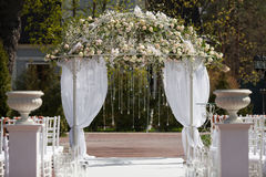 Arco en el jardín para la ceremonia de boda Fotografía de archivo