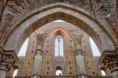 Arco en la abadía arruinada - San Galgano Imagen de archivo