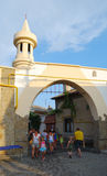 Arco en la calle Karaimskaya en Yevpatoriya Fotografía de archivo libre de regalías