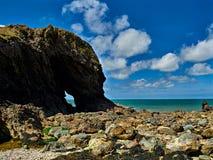 Arco en la isla Anglesey País de Gales de Ynys-y-Fydlyn Imagenes de archivo