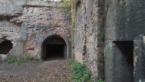 Arco en la pared de ladrillo vieja de un fuerte militar almacen de video