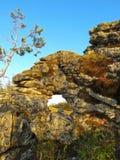 Arco en la roca cerca del lago Baikal Foto de archivo