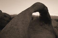 Arco en las colinas de Alabama, Sierra Nevada, California, los E.E.U.U. de Mobius Foto de archivo libre de regalías