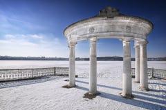 Arco en parque del invierno Imagenes de archivo