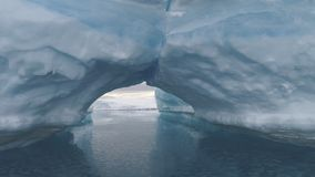Arco entre iceberg Paisagem polar da Antártica filme
