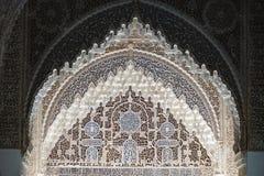 Arco a ferro di cavallo alla corte dei leoni del palazzo di Nasrid di Alhambra a Granada, Andalusia immagini stock